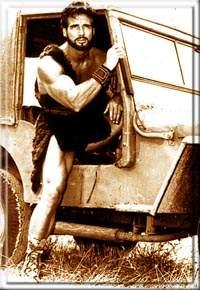 Геркулес, вылезающий из джипа...
