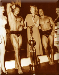 После конкурса. Стив и Джордж Эфферман в окружении поклонниц.